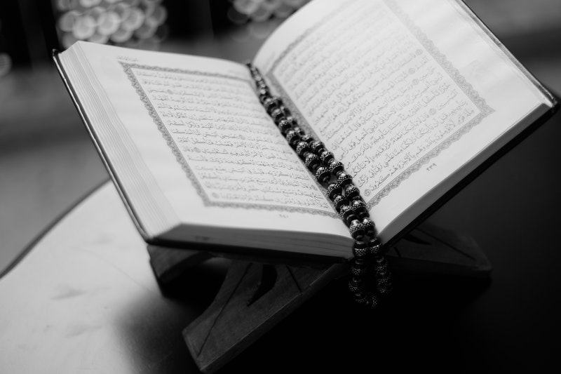 Landasan Berpakaian Seorang Perempuan Dalam Surah Al-Ahzab Ayat 59