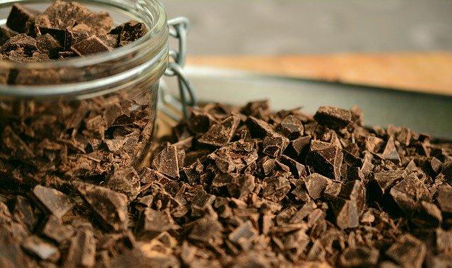 Bagaimana Cara Membuat Hiasan Kue dari Coklat Batang yang Cantik?